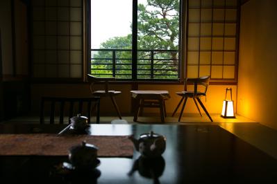 木と畳の温もり溢れる和室で、ふとんを並べて眠る