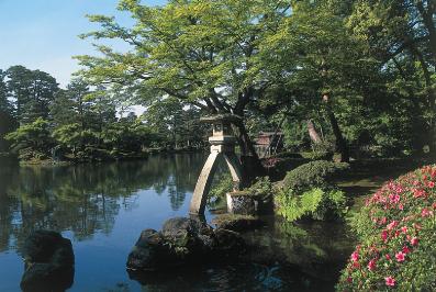 日本三名園のひとつ「兼六園」で美しい景観を眺める
