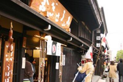 和小物が並ぶ雑貨屋をはしごして、お土産を選ぶ
