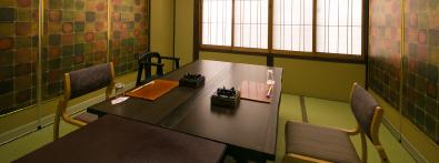 個室食事処で飛騨牛を中心とした京風会席を味わう