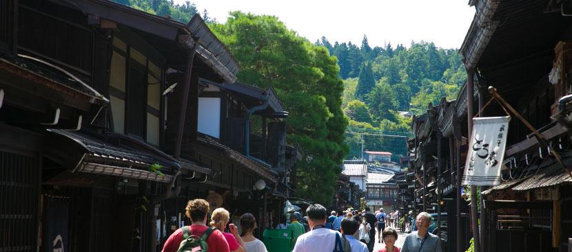 情緒ある建物が並ぶ「古い町並」の散策を楽しむ