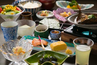 高山のお米とごはんに合う郷土料理の朝食を味わう