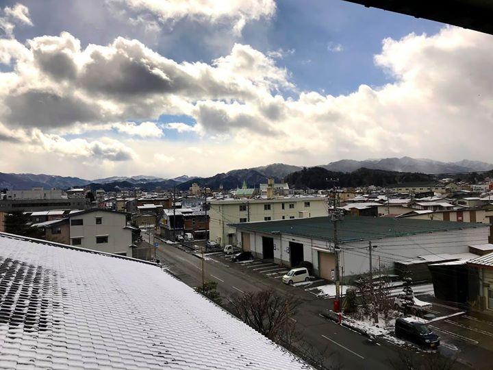今年の冬は非常に雪の少ない高山です。